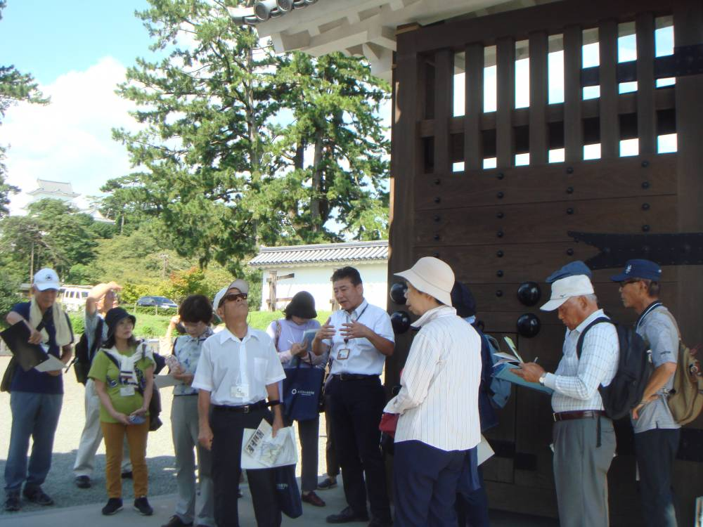 銅門前で講師と受講生