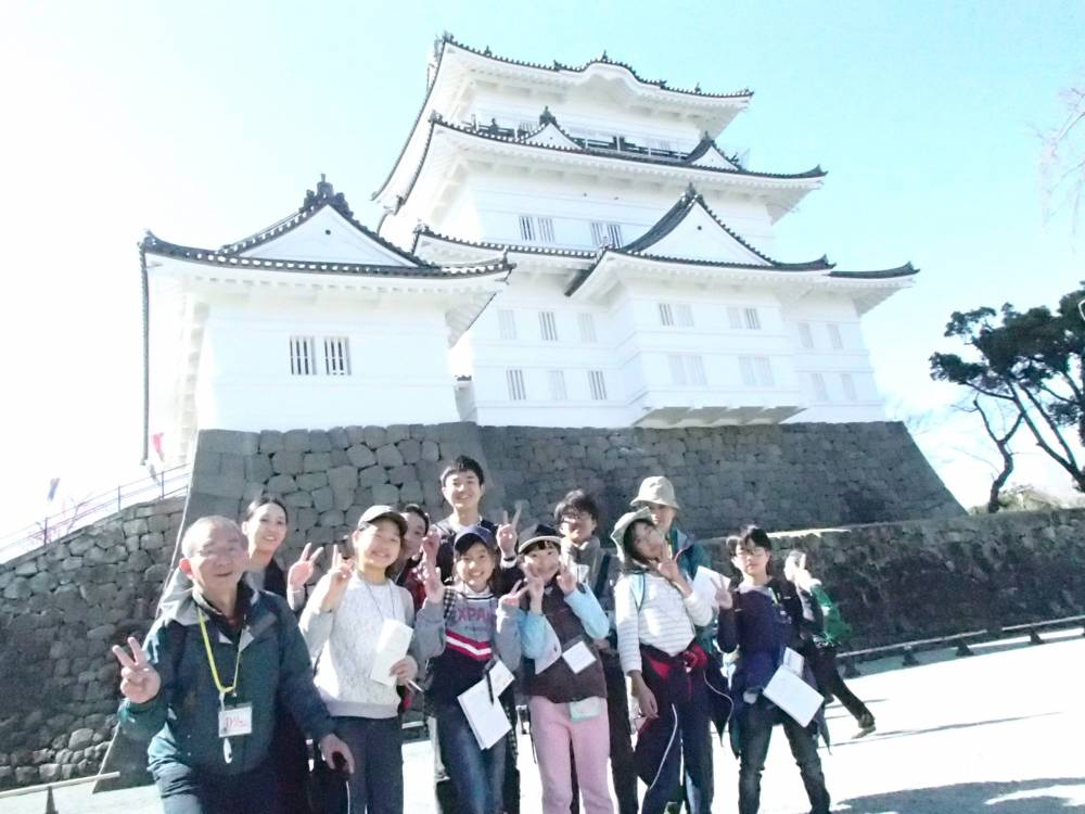 お城の前でチームごとの集合写真