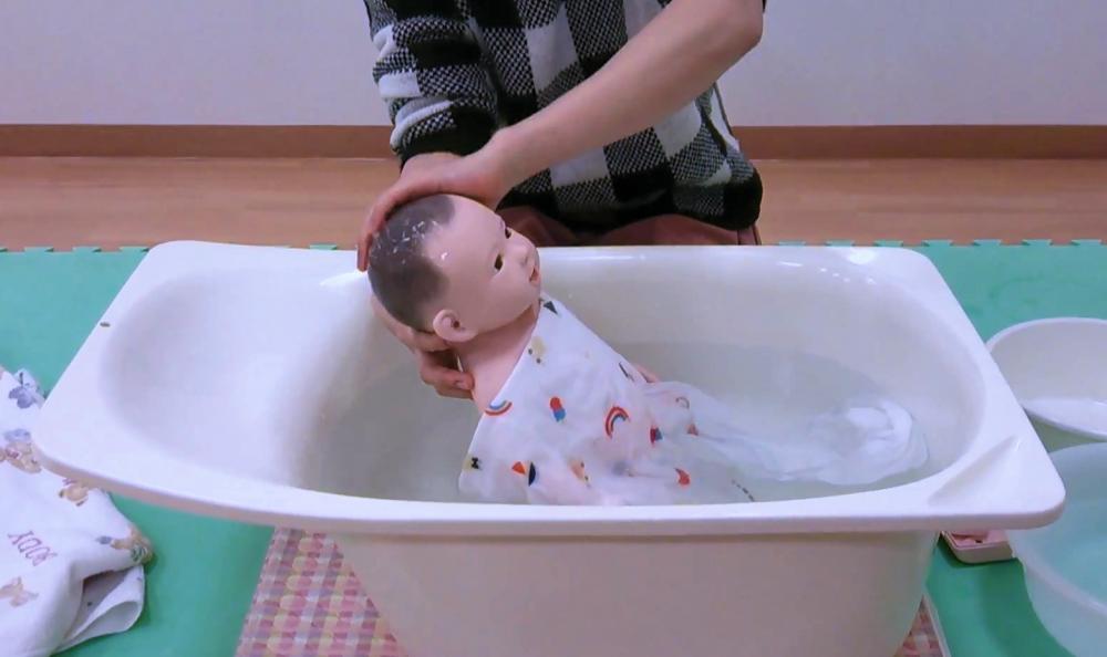 沐浴動画 ※利き手で赤ちゃんを洗います