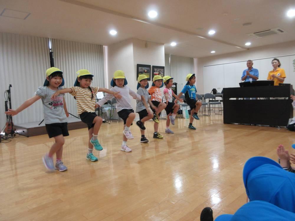 幼稚園に歌や踊りを披露しました。
