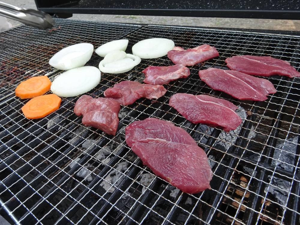上質なイノシシ肉を網焼きで!