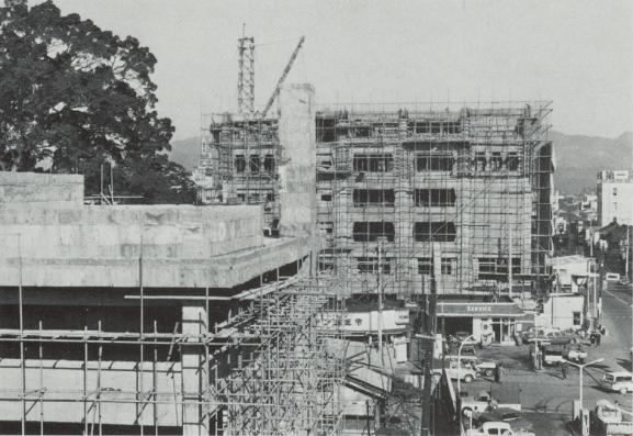 建設中の市民会館本館と地方裁判所