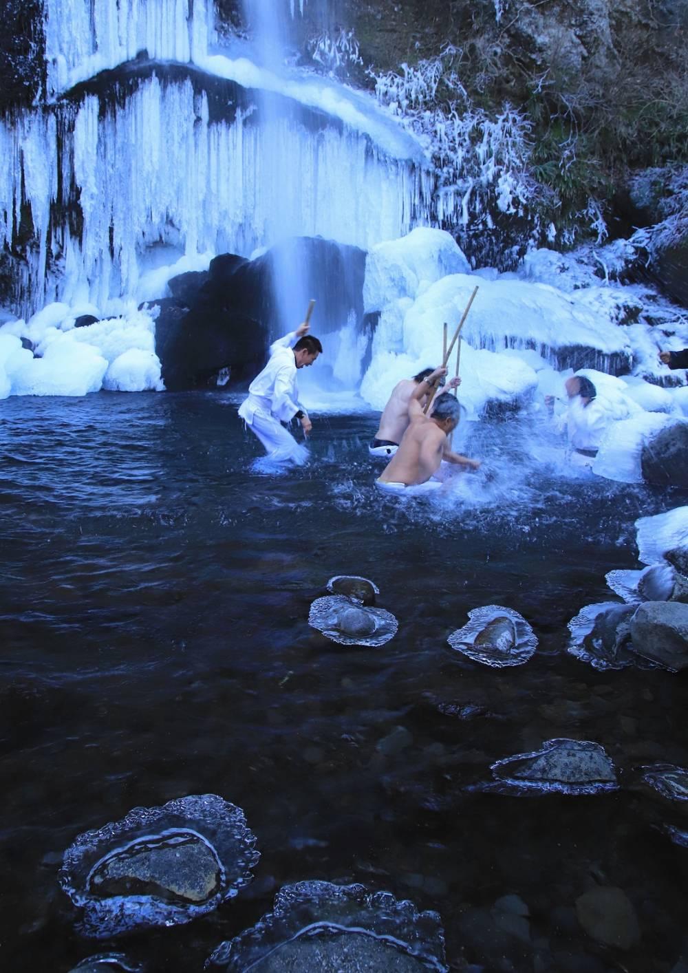 『凍てつく滝壺』〔撮影地〕夕日の滝(南足柄市)〔撮影者〕諸星 重明