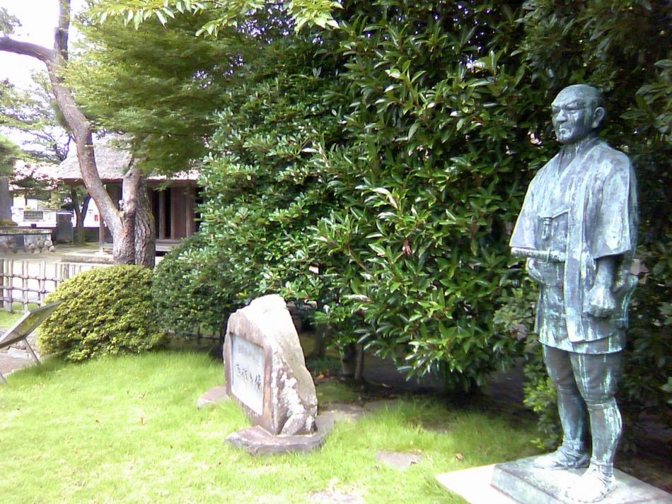 回村の像と尊徳生家