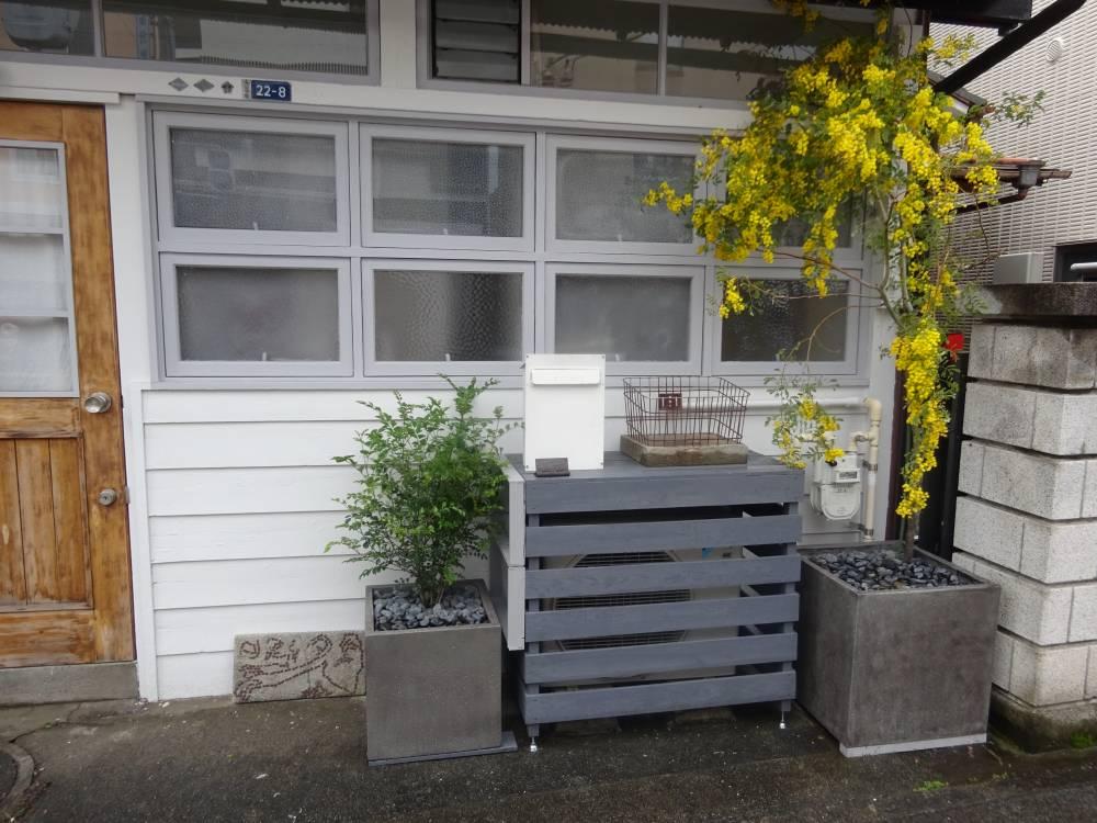 事例2:常緑樹と花木(ミモザ)を、角型プランターに植付け