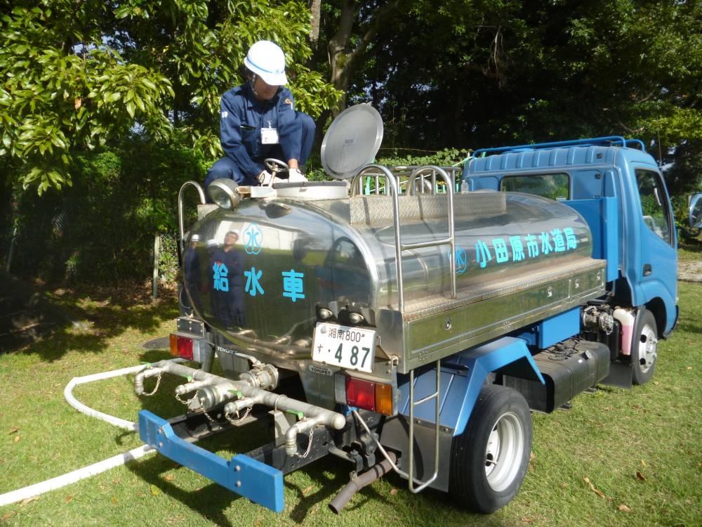 応急給水栓から給水車に水を入れている様子