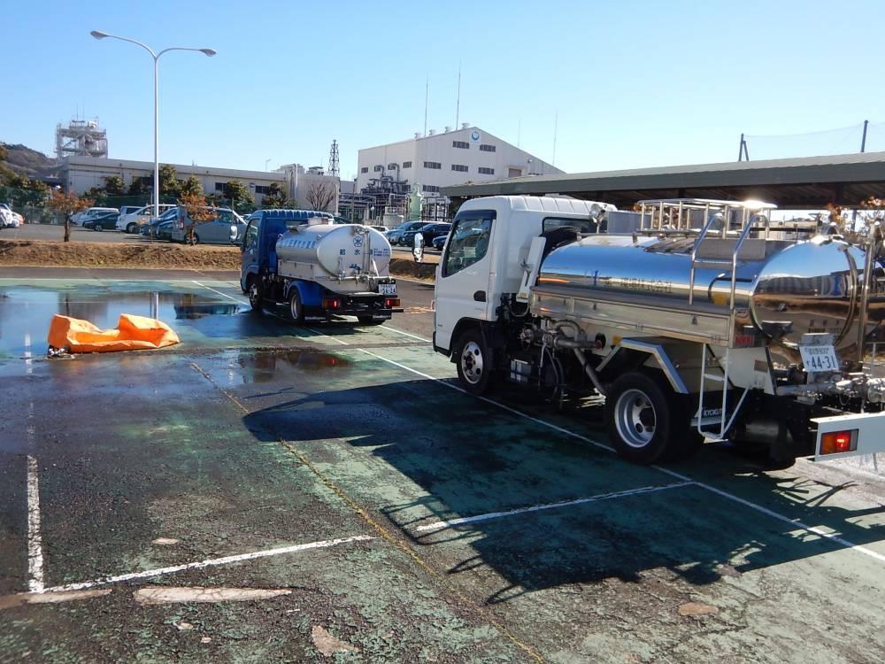 水道局のほか第一環境株式会社の給水車が参加