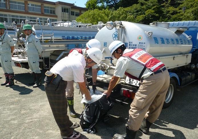 給水車から登山リュックへ給水している様子(小田原市総合防災訓練)