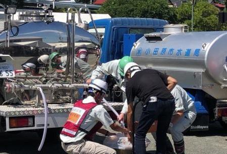 給水車から段ボール箱へ給水している様子(小田原市総合防災訓練)