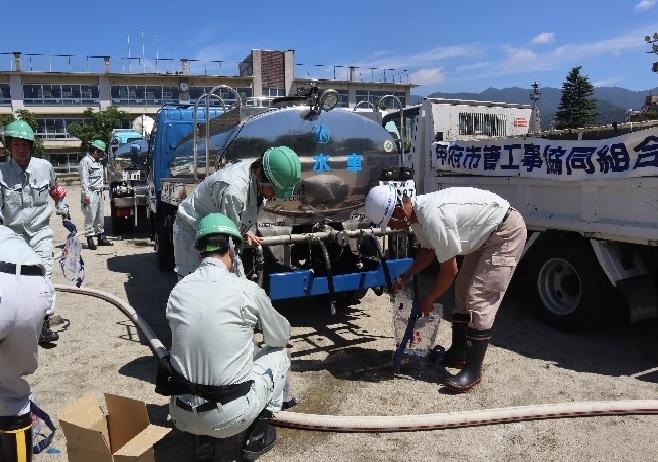 給水車からポリタンクへ給水している様子(甲府市総合防災訓練)