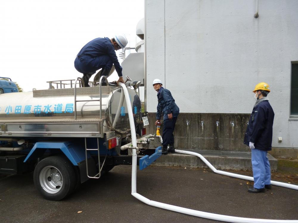 給水車に水を入れている様子(応急給水作業)