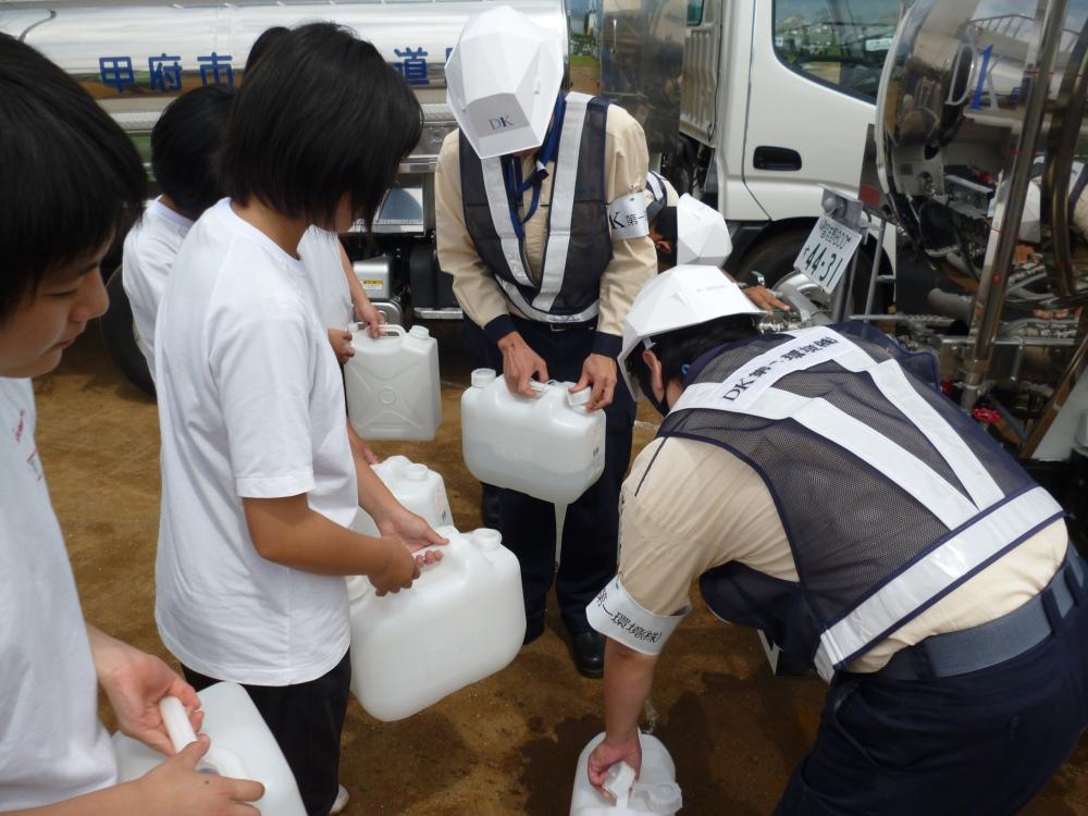 給水車からポリタンクへ給水