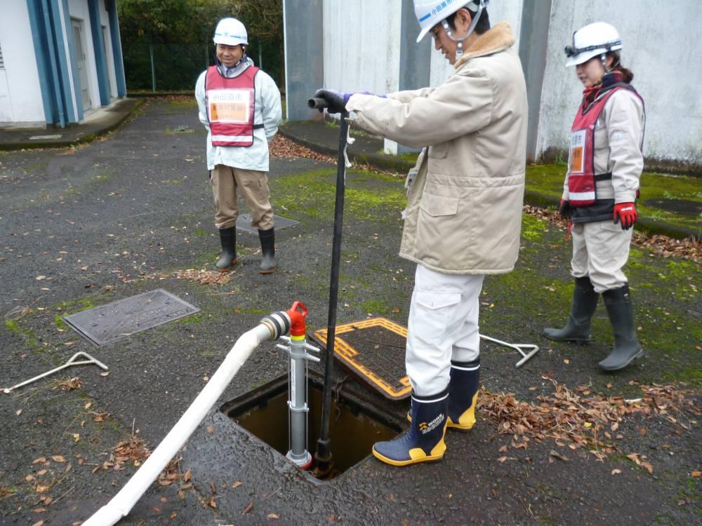 応急給水栓からの補水作業