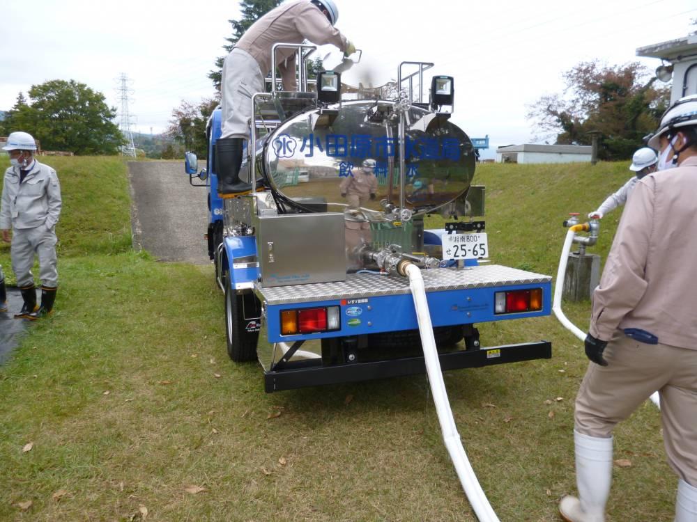 給水車への補水の様子