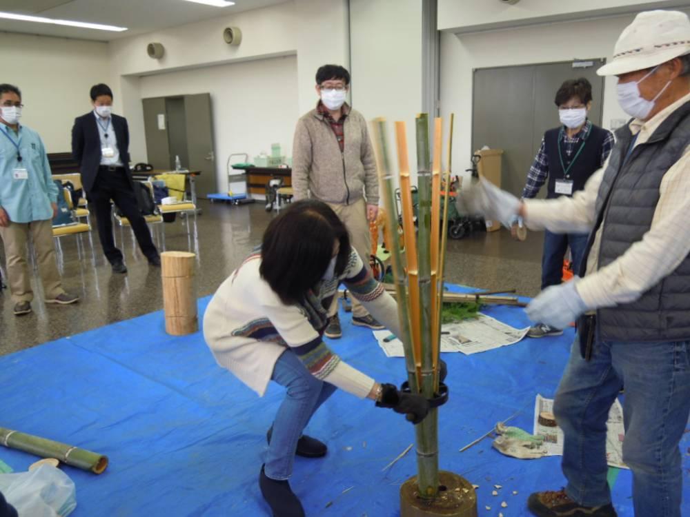 「竹苗ガード」に用いる竹を割く様子