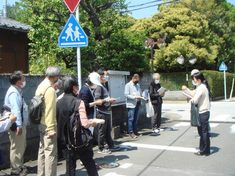 谷崎潤一郎旧居跡付近を散策する受講生