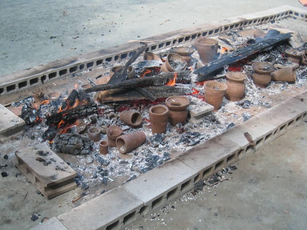 子供たちが土器を焼く様子