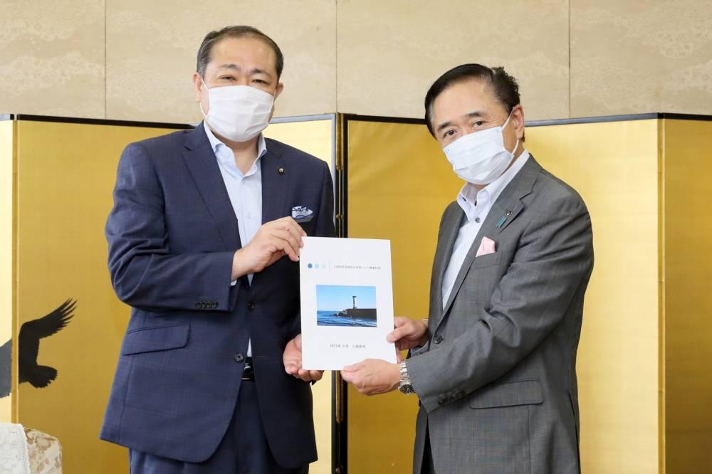 小田原市長と神奈川県知事(手交式)