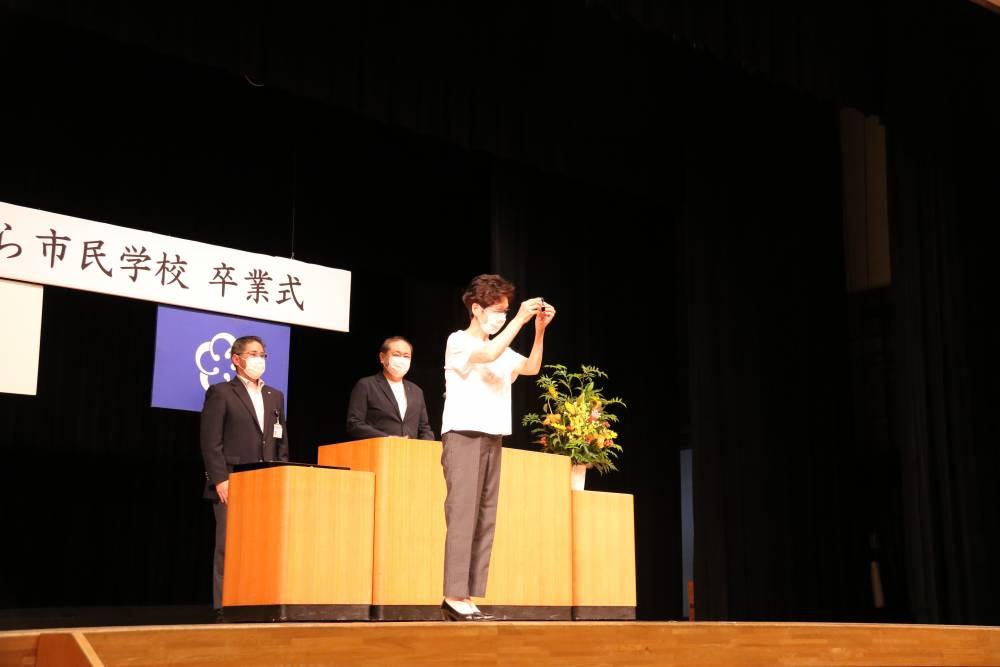 優良受講生を代表し山下幸子さんへ記念品授与