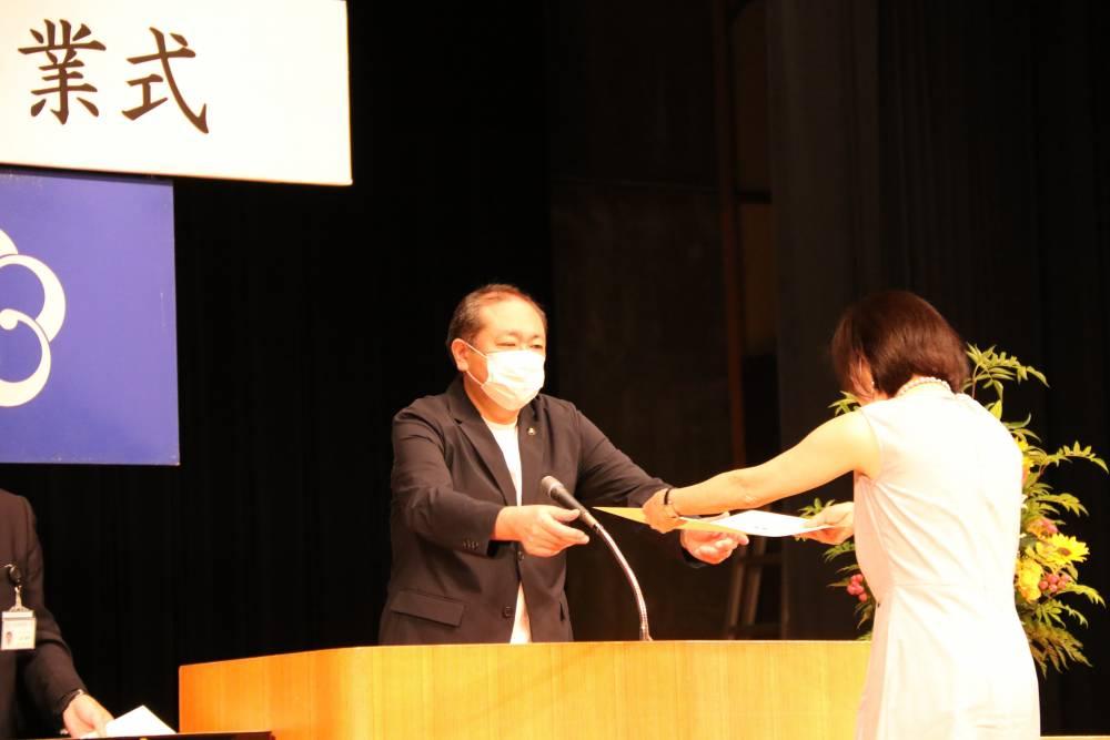 守屋市長から卒業証書を授与
