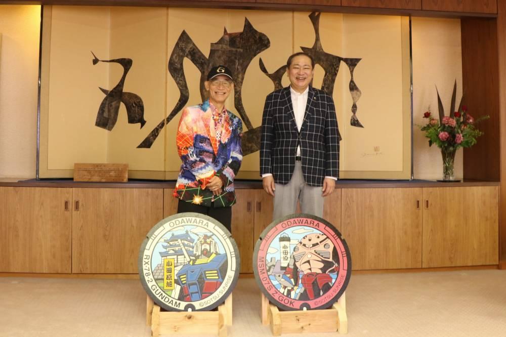 寄贈時の様子(左:富野由悠季さん 右:守屋市長)