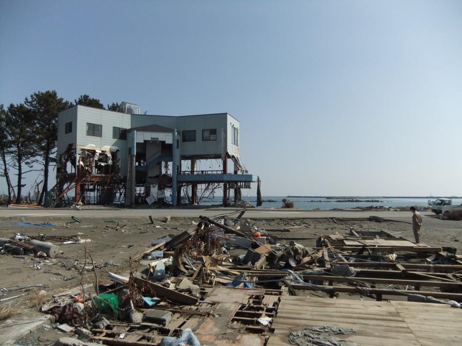 海岸に近い3階建ての喫茶店