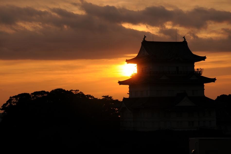 天守閣と日の出