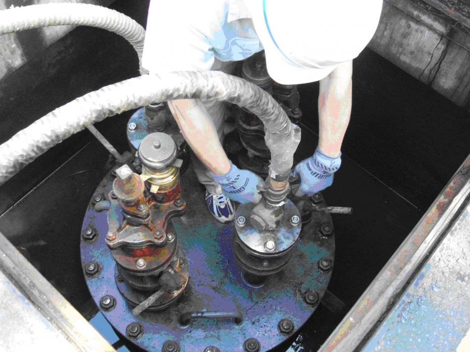 耐震性貯水槽に給水用ホースを取り付ける