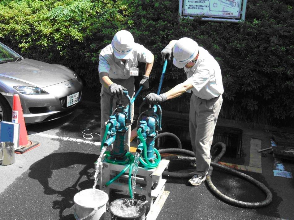 耐震性貯水槽から手押しポンプにより給水を行う